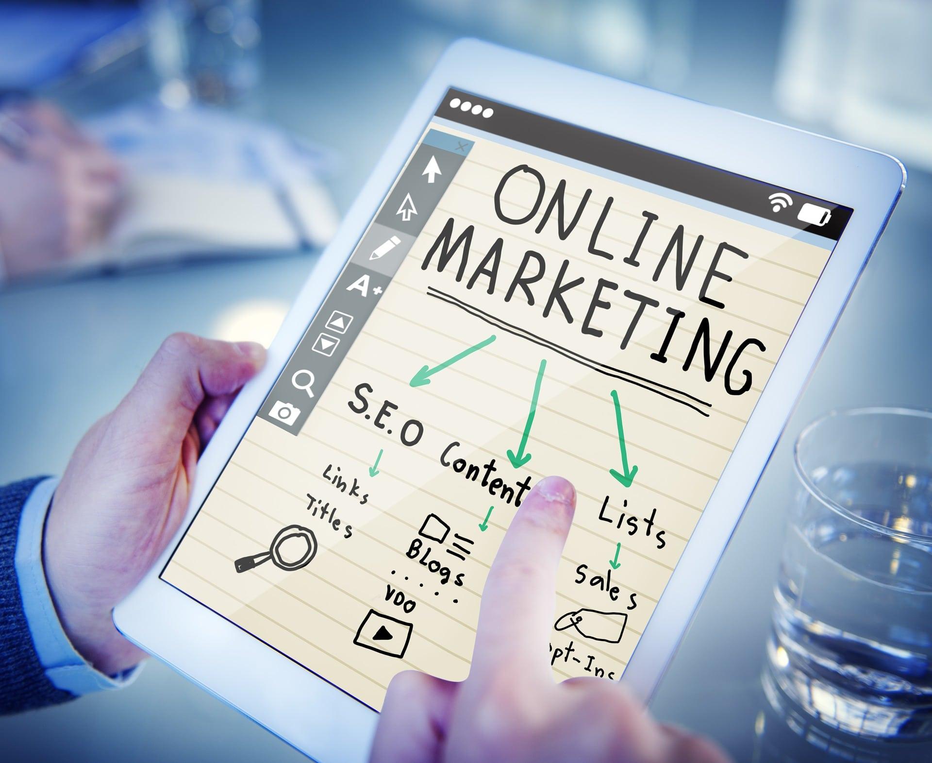 az online marketing részeit mutatja egy tablet, a seo, a szövegírás és az értékesítés hármasában