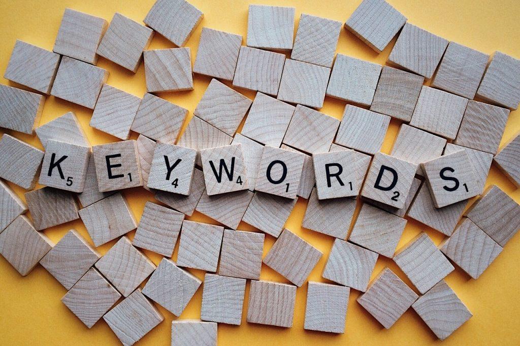 a KEYWORDS kulcsszó szó kirakva fa építő kockákból